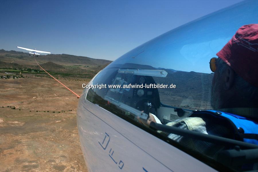 4415 / Flugzeugschlepp: AFRIKA, SUEDAFRIKA, 12.01.2007:Flugplatz Gariepdam, Flugzeugschlepp, Start, Duo Discus, Cessna 182, Asphaltpiste