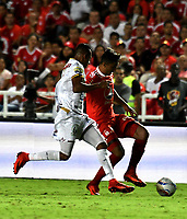 CALI - COLOMBIA - 10 -  02  -  2018: Kevin Ramirez (Der.) jugador de America, disputa el balón con Sebastian Villa (Izq.) jugador de Deportes Tolima, durante partido entre America de Cali y Deportes Tolima, de la fecha 2 por la Liga Aguila I 2018 jugado en el estadio Pascual Guerrero de la ciudad de Cali. / Kevin Ramirez (R) of player of America, vies for the ball with Sebastian Villa (L) player of Deportes Tolima, during a match between America de Cali and Deportes Tolima, of the 2nd date for the Liga Aguila I 2018 at the Pascual Guerrero stadium in Cali city. Photo: VizzorImage / Luis Ramirez / Staff.