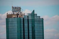 Edificio. Torre de Hermosillo.<br /> Hermosillo, Sonora. 27FEB2018 (Foto:Luis Gutierrez NortePhoto.com).<br /> <br /> <br /> pclaves: antenas, sky, cielo, cima, antenas, antenas de telefon&iacute;a, azul, cielo azul, d&iacute;a, luz de d&iacute;a, d&iacute;a nublado, nubes, nublado, espejo