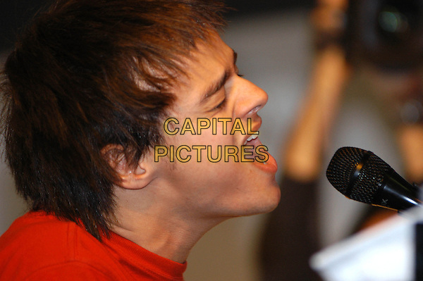 JAMIE CULLUM.Performs a live set and signs copies of his new album at HMV Oxford Circus, London, 9th November 2004..portrait headshot red t-shirt funny face singing music.Ref: HT.www.capitalpictures.com.sales@capitalpictures.com.©Capital Pictures.