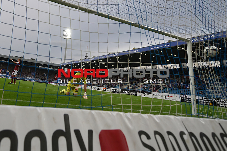 16.09.2016, Vonovia Ruhrstadion , Bochum, GER, 2.FBL., VfL Bochum vs. FC Nuernberg  <br /> im Bild / picture shows: <br /> 3:2 f&uuml;r Bochum durch Peniel Mlapa (VfL Bochum #14) links Miso Brecko (1.FC Nuernberg #2) kann nichts mehr machen und Torwart Thorsten Kirschbaum Torwart (1.FC Nuernberg #26) <br /> <br /> <br /> Foto &copy; nordphoto / Meuter