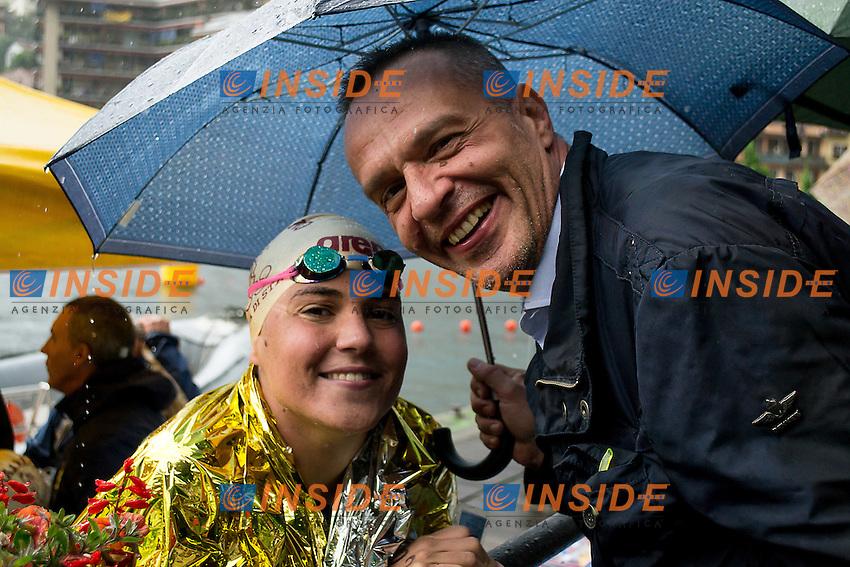 Martina Grimaldi Fiamme Oro col pap&agrave; Pino<br /> 25 km donne<br /> Omegna, Lago D'Orta<br /> FIN 2016 Campionato Italiano Assoluto Nuoto di Fondo <br /> <br /> Day 05 14-06-2016<br /> Photo Laura Binda/Deepbluemedia/Insidefoto