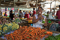 Mauritius, Flacq, Centre de Flacq: Local woman selling local produce at fruit and vegetable market | Mauritius, Flacq, Centre de Flacq: Frau verkauft heimische Produkte auf dem Obst- und Gemuesemarkt