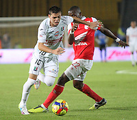 BOGOTA -COLOMBIA. 04-05-2014. Dairon Mosquera  (Der)  de Independiente Santa Fe disputa el balon  contra Daniel Hernandez del  Once Caldas partido de Vuelta de Los Cuartos de Final de  La Liga Postobon  jugado en el estadio El Campin . Dairon Mosquera (Der) of Independiente Santa Fe dispute the balloon against Once Caldas Daniel Hernandez Party Spin The Quarterfinals La Liga Postobon played at El Campin. Photo: VizzorImage / Felipe Caicedo / Staff