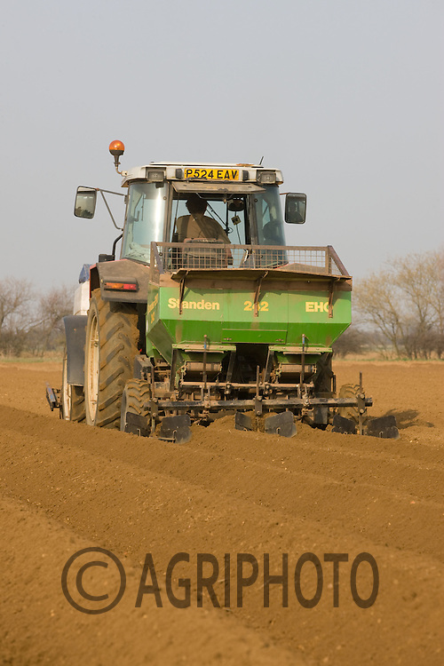 Planting Potatoes In Lincolnshire.Picture Tim Scrivener date taken 20th March 2012 Mobile 07850 303986 e-mail tim@agriphoto.com. ....covering agriculture in the Uk....