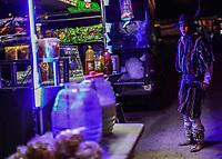 un fariseo compra un cocktel of Elote, durante una de las noches de celebraciones de cuaresma, Semana Santa en la colonia Coloso Alto ...<br /> a Pharisee buys a cocktail of Elote, during one of the nights of Lenten celebrations, Holy Week in Coloso Alto colony ... Tostitos. Aguas frescas. <br /> (Photo:Luis Gutierrez/NortePhoto)