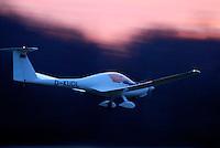 Kleinflugzeug: DEUTSCHLAND, GERMAY 08.02.2008: Motorsegler vom Typ Super Dimona bei der Landung,  fliegen, Sonnenuntergang, Luftsport, Flugzeug, schnell.c o p y r i g h t : A U F W I N D - L U F T B I L D E R . de.G e r t r u d - B a e u m e r - S t i e g  1 0 2,  .2 1 0 3 5  H a m b u r g ,  G e r m a n y.P h o n e  + 4 9  (0) 1 7 1 - 6 8 6 6 0 6 9 .E m a i l      H w e i 1 @ a o l . c o m.w w w . a u f w i n d - l u f t b i l d e r . d e.K o n t o : P o s t b a n k    H a m b u r g .B l z : 2 0 0 1 0 0 2 0  .K o n t o : 5 8 3 6 5 7 2 0 9.C  o p y r i g h t   n u r   f u e r   j o u r n a l i s t i s c h  Z w e c k e, keine  P e r s o e n  l i c h ke i t s r e c h t e   v o r  h a n d e n,  V e r o e f f e n t l i c h u n g  n u r    m i t  H o n o r a  n a c h  MFM, N a m e n s n e n n u n g und B e l e g e x e m p l a r !...