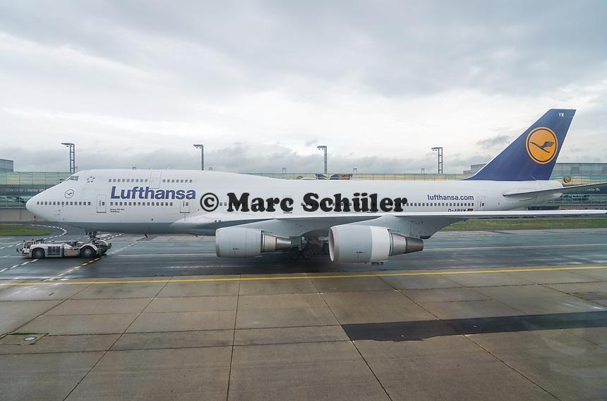 Boeing 747 der Lufthansa wird gezogen am Frankfurter Flughafen - Frankfurt 16.10.2019: Eichwaldschule Schaafheim am Frankfurter Flughafen