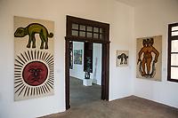 una sala del museo, dipinti di Ciprien Tocoudgabga ...