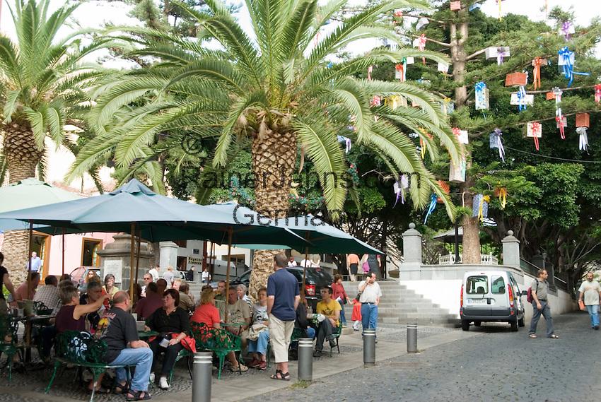 Spain, Canary Islands, La Palma, Santa Cruz de La Palma: capital - old town, cafe, tree with christmas gifts