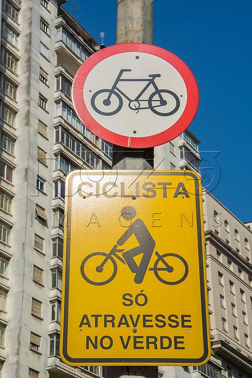 Placas de trânsito: circulação exclusiva de bicicleta e ciclista só atravesse no verde, São Paulo - SP, 07/2016.