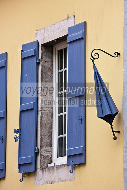 Europe/France/Aquitaine/64/Pyrénées-Atlantiques/Pays-Basque/Tardets-Sorholus: Ancienne enseigne du'une boutique de parapluies