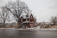 casa lungo una  strada, con albero