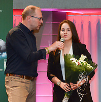 20180603 – OOSTENDE , BELGIUM : VRT journalist Tom Boudeweel (L) and Ines Fernandez (R) pictured during the 4th edition of the Sparkle award ceremony , Sunday 3 June 2018 , in Oostende . The Sparkle  is an award for the best female soccer player during the season 2017-2018 comparable to the Golden Shoe or Boot / Gouden Schoen / Soulier D'or for Men in Belgium . PHOTO SPORTPIX.BE / DIRK VUYLSTEKE