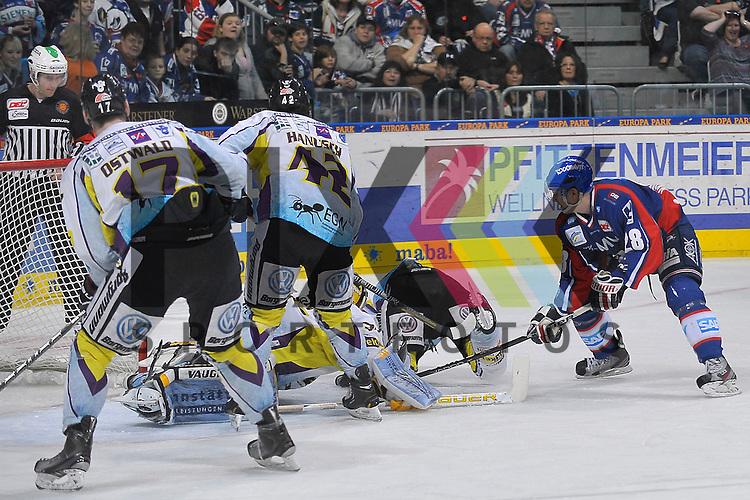 Mannheims Frank Mauer (Nr.28) gegen Krefelds Christian Erhoff (Nr.55), Krefelds Scott Langkow (Nr.37), Krefelds Steve Hanusch (Nr.42) und Krefelds Ella Ostwald (Nr.17)  beim Spiel in der DEL, Adler Mannheim - Krefeld Pinguine.<br /> <br /> Foto &copy; Ice-Hockey-Picture-24 *** Foto ist honorarpflichtig! *** Auf Anfrage in hoeherer Qualitaet/Aufloesung. Belegexemplar erbeten. Veroeffentlichung ausschliesslich fuer journalistisch-publizistische Zwecke. For editorial use only.