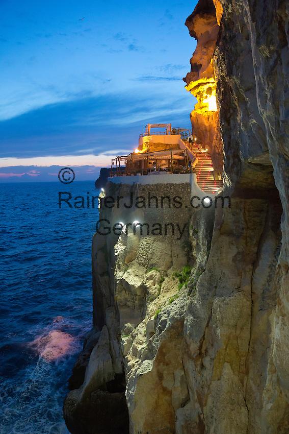 Spain, Menorca, Cala en Porter: Cova d'en Xoroi bar built in cliff caves in evening | Spanien, Menorca, Cala en Porter: Bar Cova d'en Xoroi in einer Felshoehle
