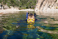 Kind, Junge schnorchelt in einem kristallklaren Bach, Schnorcheln, Tauchen, Schwimmen. Child, boy snorkeling in a crystal clear stream, snorkeling, diving, swimming.
