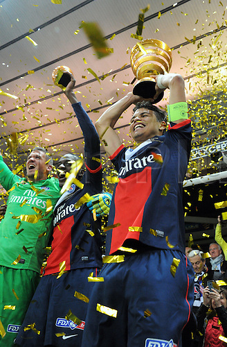 19.04.2014. Stade de France, St Denis, PSG versus Lyon.  Thiago Silva (psg) with the trophy after their 2-1 win