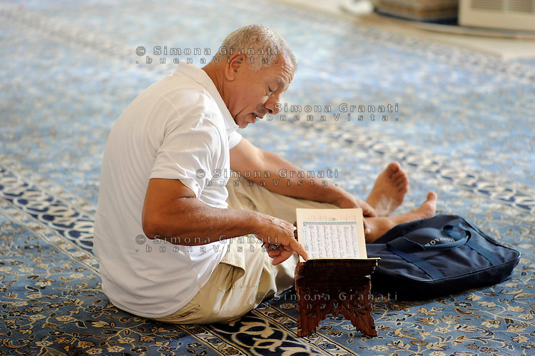 Roma, 11 agosto 2010 Grande Moschea di Roma.Primo giorno di Ramadan.Uomo legge il Corano.Rome, August 11, 2010 Grand Mosque of Rome.First day of Ramadan.a man reading Koran