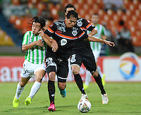 MEDELLIN- COLOMBIA - 10-09-2014: Sherman Cardenas (Izq.) jugador de Atletico Nacional de Colombia de disputa el balon con Pedro Chavez (Der.) jugador de General Diaz de Paraguay durante partido de ida de la segunda fase, llave16, de la Copa Total Suramericana entre Atletico Nacional de Colombia y General Diaz de Paraguay en el estadio Atanasio Girardot del ciudad de Medellin.  / Sherman Cardenas (L) player of Atletico Nacional de Colombia vies for the ball with Pedro Chavez (R) player of General Diaz of Paraguay during a match for the first leg of the second phase, key16, between Atletico Nacional de Colombia y General Diaz de Paraguay of the Copa Total Suramericana in the Atanasio Girardot stadium, in Medellin city. Photo: VizzorImage / Luis Rios / Str.