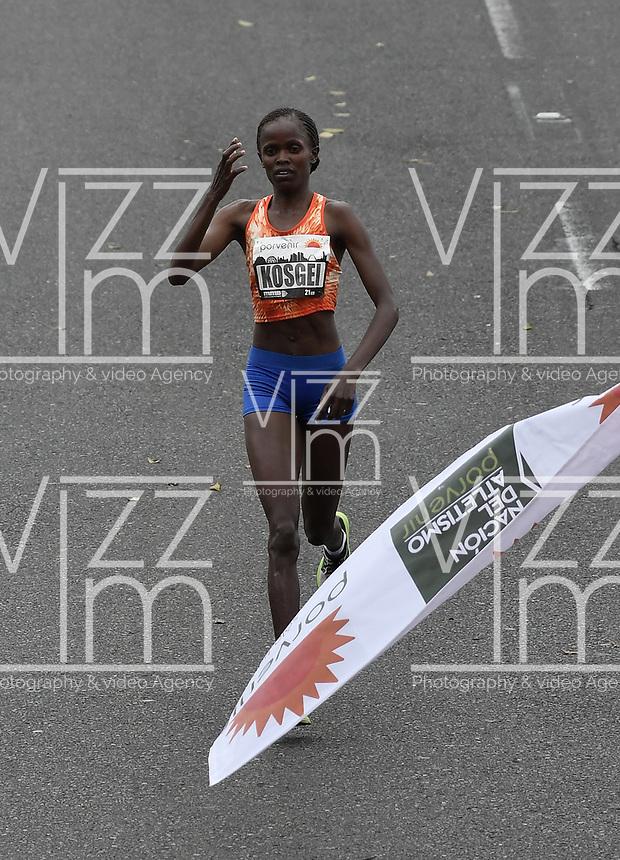 BOGOTÁ -COLOMBIA, 30-07-2017: Brigid Kosgei de Kenia, en categoría elite mujeres, se impuso en los 21 Km de la media maratón de Bogota 2017, mmB, con un tiempo de 1h 12m 16s. A la carrera asistieron más de 40.000 atletas. / Brigid Kosgei of Kenya, in elite women category, won in the 21 Km of the Bogota Half Marathon 2017, mmB, with a time of 1h 12m 16s. At this edition were more than 40.000 athletes. Photo: VizzorImage/ Gabriel Aponte / Staff