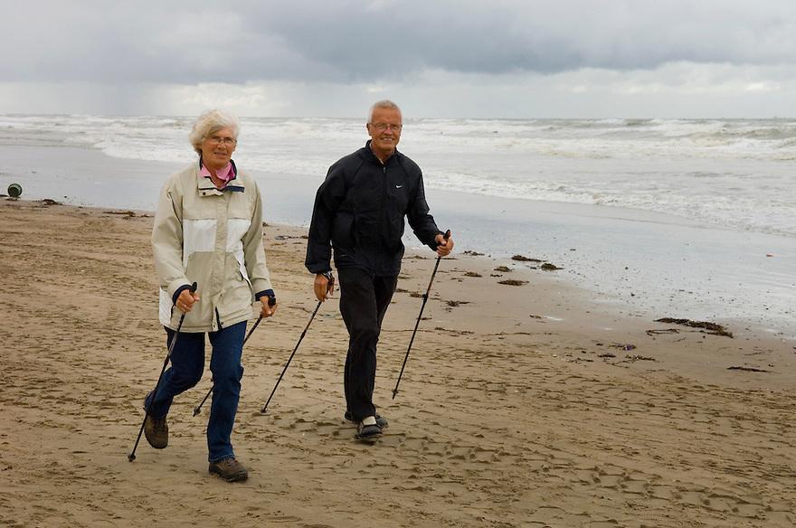 Nederland, Noordwijk, 11 sep 2007..Nordic Walking wandelaars op het strand bij Noordwijk.Wandelen met een soort skistok waardoor je veel meer energie verbrand dan met gewoon wandelen. Goed als fitness, voor de slanke lijn..Foto (c) Michiel Wijnbergh