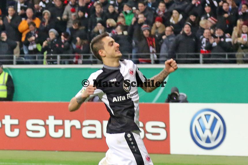 Joselu (Eintracht) erzielt das 2:0 per Elfmeter gegen Manuel Riemann (SVS) und jubelt - Eintracht Frankfurt vs. SV Sandhausen, DFB-Pokal, Commerzbank Arena