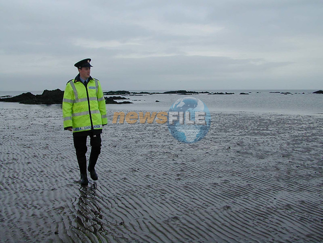 Tony Teefy walking the beach in clogherhead as the search goes on for the missing two.Pic Fran Caffrey /newsfile.