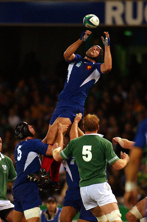 Photo: Jack Atley..Ireland v France, Quarter Final at the Telstra Dome, Melbourne. RWC 2003. 09/11/2003..Fabien Pelous wins a lineout..