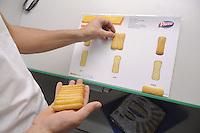 - Novara, stabilimento Pavesi (gruppo Barilla), linea di produzione dei biscotti Pavesini, controllo di qualit&agrave;<br /> <br /> - Novara, Pavesi plant (Barilla Group), production line of Pavesini biscuits, quality control