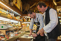 Europe/France/Provence-Alpes-Côte d'Azur/06/Alpes-Maritimes/Cannes: Hervé Céneri,  Fromagerie  Céneri  avec Stéphane Raimbault, chef du Restaurant l'Oasis à Mandelieu   // Europe, France, Provence-Alpes-Côte d'Azur, Alpes-Maritimes, Cannes: Hervé Céneri, Cheese Céneri  with Stéphane Raimbault, chef at Restaurant l'Oasis in Mandelieu<br /> <br />  [Non destiné à un usage publicitaire - Not intended for an advertising use]