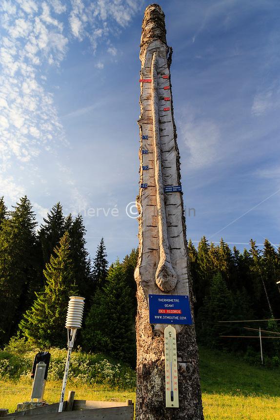 France, Doubs (25), Mouthe, thermomètre géant en bois témoignant des records de froid de la région // France, Doubs, Mouthe, giant wooden thermometer showing record cold