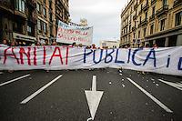 BARCELONA, ESPANHA, 12 DE MAIO 2012 - 1 ANO INDIGANOS / OCCUPPY - Manifestantes durante protesto que celebra o primeiro ano do movimento Occupy Wall Street, que acamapam em diversas capitais do mundo, entre ela Barcelona, ato realizado na tarde deste sabado na Praca de Catalunha, em Barcelona na Espanha. (FOTO: WILLIAM VOLCOV / BRAZIL PHOTO PRESS).