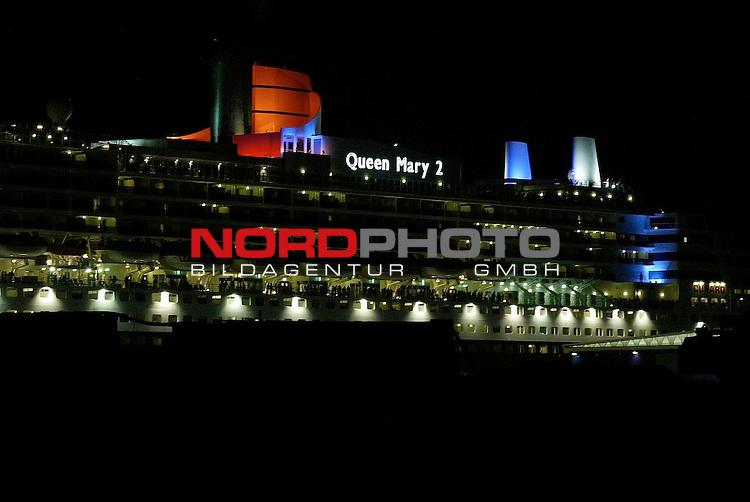 Das groeŖte Kreuzfahrtschiff der Welt geht in Hamburg vor Anker<br /> <br /> Queen Mary 2 bei Nacht im Hamburger Hafen<br /> <br /> Foto &copy; nordphoto / Anja Heinemann<br /> <br />  *** Local Caption *** Foto ist honorarpflichtig! zzgl. gesetzl. MwSt.<br />  Belegexemplar erforderlich<br /> Adresse: nordphoto<br /> Georg-Reinke-Strasse 1<br /> 49377 Vechta
