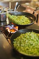 Europe/France/Provence-Alpes-Côte d'Azur/84/Vaucluse/Lubéron/ Lourmarin: Reine Sammut, restaurant: La Fenière - Cuisson des courgettes