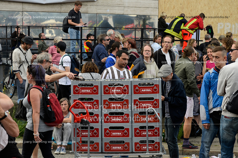 GERMANY, Hamburg, protest rally on St. Pauli against G-20 summit in july 2017 / DEUTSCHLAND, Hamburg, St. Pauli, Protest Demo gegen G20 Gipfel in Hamburg, unter dem Motto G20 Bier holen laeuft der Bierkonsum praechtig