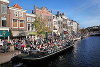 Terras op een boot in een gracht in Leiden