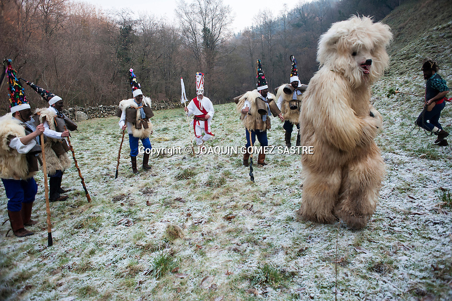 The zarramacos persecute the bear by the mountains of Silio (Cantabria) in the party of the vijanera, considered the first carnival of winter in Europe.