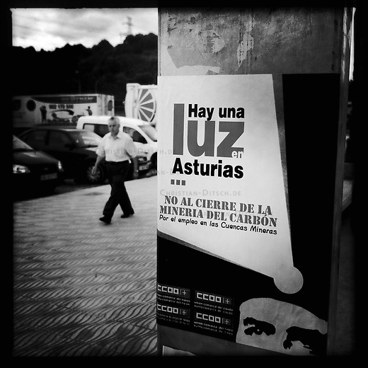 Bergarbeiterstreik in Spanien.<br />Plakat der Gewerkschaft CCOO in La Felguera in der Provinz Asturien.<br />2.7.2012, La Felguera/Spanien<br />Copyright: Christian-Ditsch.de<br />[Inhaltsveraendernde Manipulation des Fotos nur nach ausdruecklicher Genehmigung des Fotografen. Vereinbarungen ueber Abtretung von Persoenlichkeitsrechten/Model Release der abgebildeten Person/Personen liegen nicht vor. NO MODEL RELEASE! Don't publish without copyright Christian-Ditsch.de, Veroeffentlichung nur mit Fotografennennung, sowie gegen Honorar, MwSt. und Beleg. Konto:, I N G - D i B a, IBAN DE58500105175400192269, BIC INGDDEFFXXX, Kontakt: post@christian-ditsch.de.<br />Urhebervermerk wird gemaess Paragraph 13 UHG verlangt.]