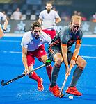 BHUBANESWAR (INDIA) -  Billy Bakker (Ned) met David Condon (Eng)   tijdens Nederland-Canada bij het WK Hockey heren. .COPYRIGHT KOEN SUYK