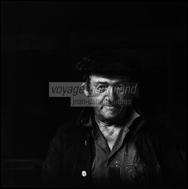 Europe/France/Aquitaine/64/Pyrénées-Atlantiques/ Verdets: Portrait ouvrier agricole chez Mr Lacrampe volailler