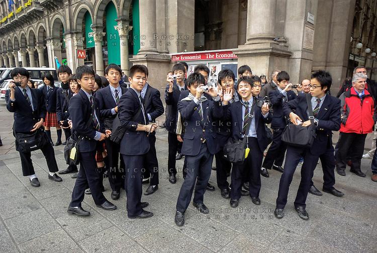 Milano, giovani turisti giapponesi in piazza Duomo --- Milan, young Japanese tourists in Duomo square