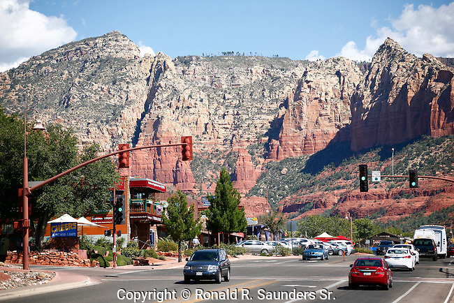 Sedona street scene with red mountains in the distance