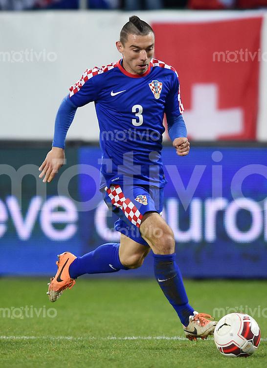 FUSSBALL INTERNATIONALES TESTSPIEL in Sankt Gallen Schweiz - Kroatien       05.03.2014 Danijel Pranjic (Kroatien) am Ball