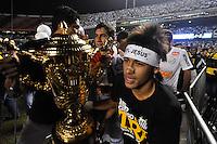 SÃO PAULO, SP, 13 DE MAIO DE 2012 - FINAL DO CAMPEONATO PAULISTA - SANTOS x GUARANI:  Neymar (d) e Ganso (c) comemoram conquista do Campeonato Paulista de 2012 após Santos x Guarani, segunda partida da final do Campeonato Paulista no Estádio do Morumbi. FOTO: LEVI BIANCO - BRAZIL PHOTO PRESS