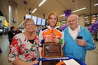 SCHAATSEN: SCHIPHOL: Luchthaven Schiphol, 29-01-2013, Seizoen 2012-2013, Aankomst wereldkampioen Michel Mulder, zijn ouders Leidy en Luud Mulder, ©foto Martin de Jong