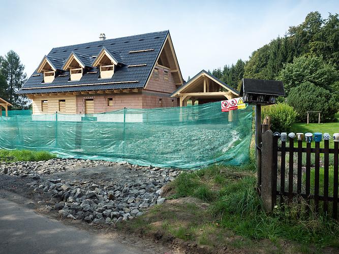 Karel Gotts Landhaus in Doubice. In dem 100 Einwohner Dorf in der Böhmischen Schweiz entsteht Gotts künftiger Landsitz. Bewohner des Dorfes selbst sind nicht begeistert. Sie fürchten Medienrummel und starken Tourismus in ihrem sonst ruhigen Dorf.
