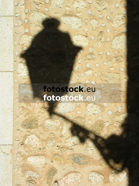 shadow of a street lamp on a stone wall<br /> <br /> sombre de una farola proyectada sobre un muro de piedra<br /> <br /> Schatten einer Laterne auf einer Steinmauer<br /> <br /> 2272 x 1704 px<br /> 150 dpi: 38,47 x 28,85 cm<br /> 300 dpi: 19,24 x 14,43 cm