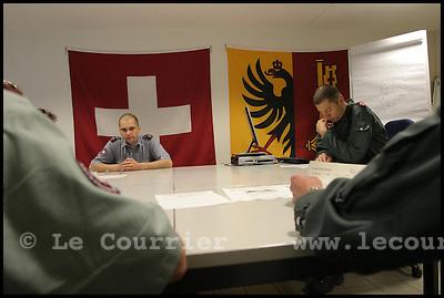 Genève, le 28.04.2006.Gardes frontière mobile. Briefing du matin, pendant lequel sont répartie les différentes équipes de gardes frontière mobile..© J.-P. Di Silvestro / Le Courrier