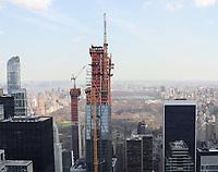 Blick vom Top of the Rock im Rockefeller Center in Richtung Central Park auf im Bau befindliche Wolkenkratzer - 11.04.2018: Sightseeing in New York